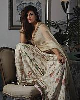 Jacqueline-fernandez-stunning-in-traditional-dress-4