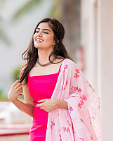 amritha-aiyer-beautiful-in-pink-salwar-12
