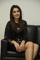 raashi-khanna-long-leg-peek-5