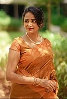 Subiksha-outdoor-photo-in-saree-1